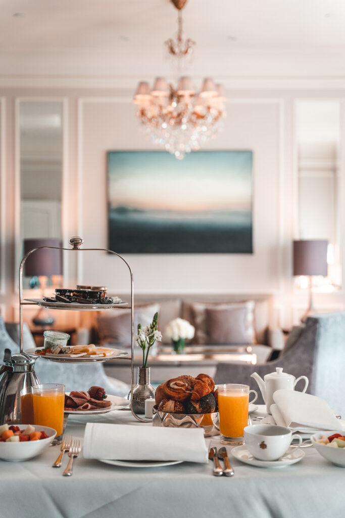 Fairmont Hotel Vier Jahreszeiten | Breakfast in Ingrid Bergman Suite by Tabitha & Florian