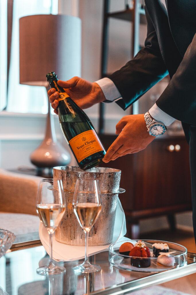 Fairmont Hotel Vier Jahreszeiten | Champagner Bottle Close Up by Tabitha & Florian